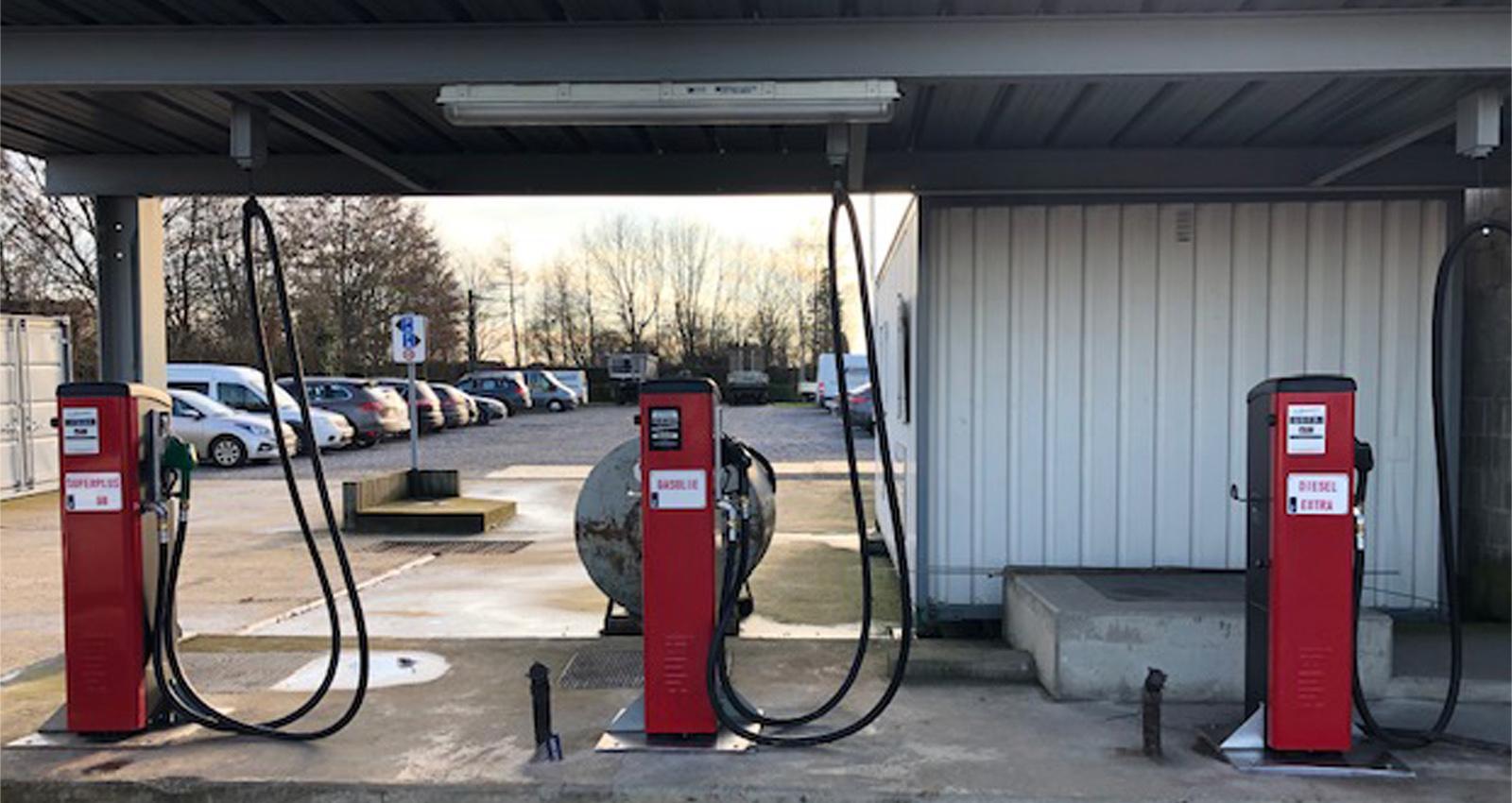 Staande pompen voor diesel en mazout. Meerdere pompen naast elkaar